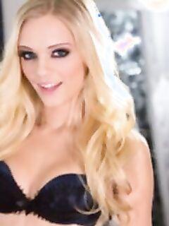 Голая блондинка с красивыми глазами