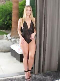 Блондинка с большой попкой мастурбирует фаллосом
