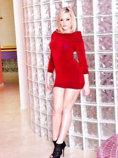 Блондинка с большой попкой показывает стриптиз