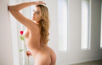 Голая блондинка с большими формами