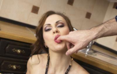 Анал с женой на кухне