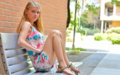 Молоденькая блондинка разделась на улице