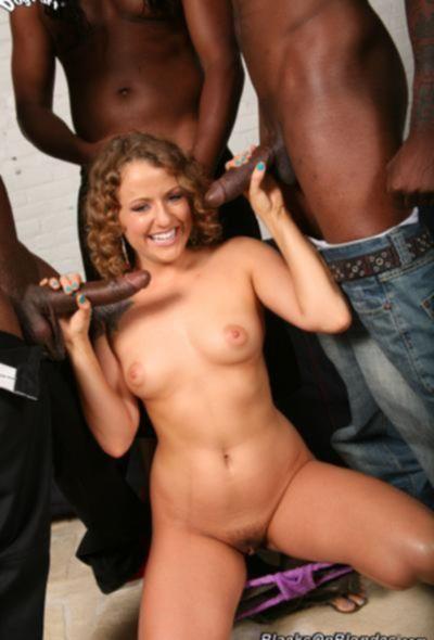 Кудрявой блонде захотелось крупных черных членов