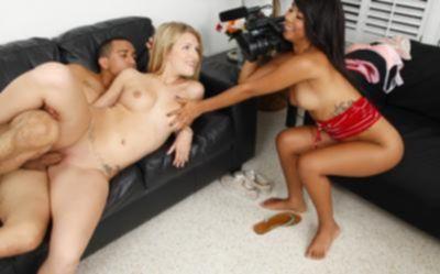 Девушка снимает порно и мастурбирует целочку