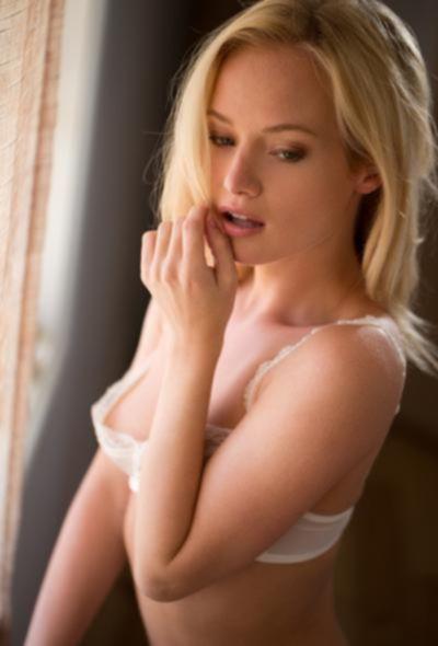 Хрупкая красивая блондинка