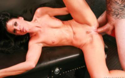 Татуированный мужик жестко поимел брюнетку толстым пенисом