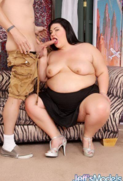 Трахает очень толстую бабу и кончает ей в рот