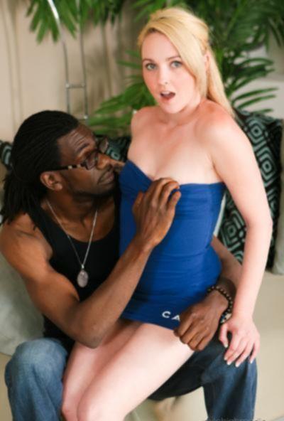 Негр кончил красивой блондинке в рот после секса