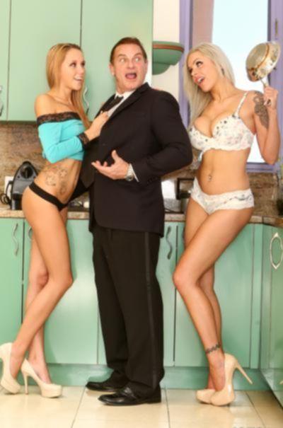 Две горячие блондинки трахнули мужика в костюме