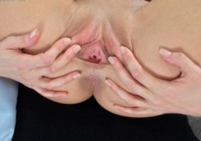 Девушка показывает свои дырочки