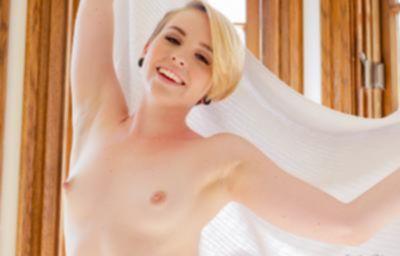 Голая блондинка с сочной попкой