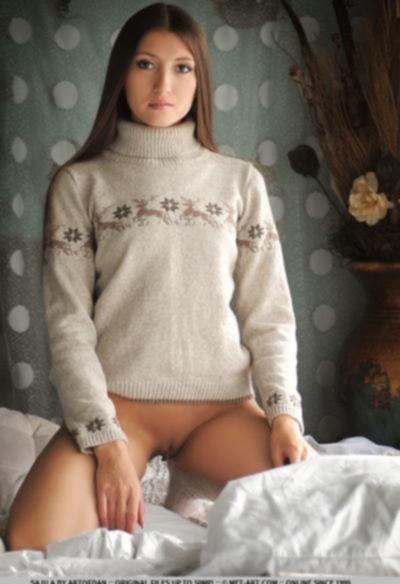 Голая брюнетка кувыркается в постеле