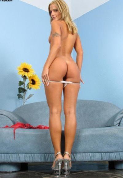Блондинка засовывает в попу анальные шарики