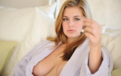 Красивая блондинка показывает соски и писю крупным планом