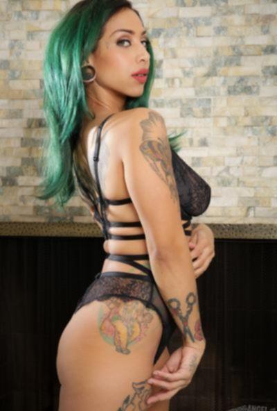 Голая девушка с зелеными волосами и татуировками