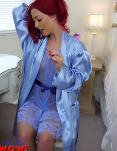 Рыжая девушка в прозрачном халате и трусиках