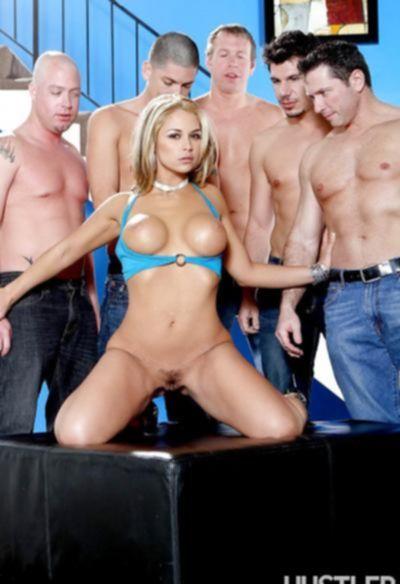Пятеро парней грубо трахнули блондинку