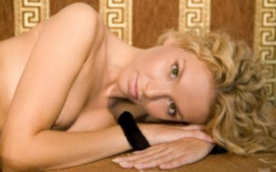 Молодая кудрявая блондинка