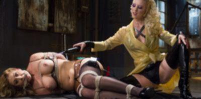 Кучерявая блондинка связала подругу и издевается над ней