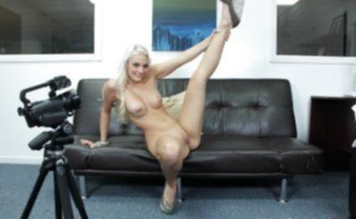 Блондинка с большой попкой проходит кастинг