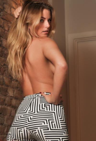 Блондинка с сочными дойками в обтягивающих штанах