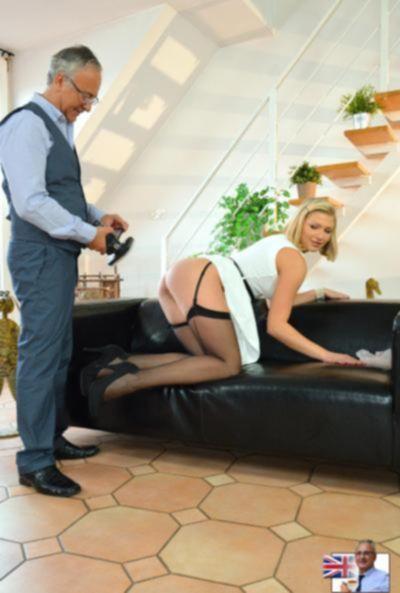 Блондинка в чулках устроила фотосессию своих дырок