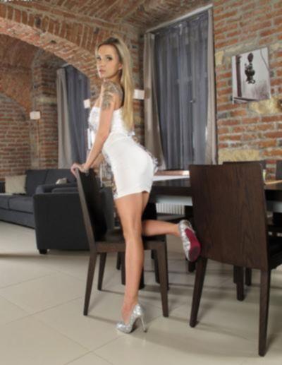 Длинноногая голая блондинка