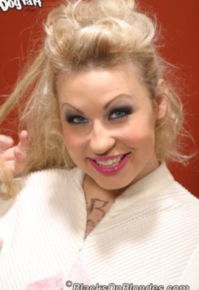 Два негра ебут дырявую блондинку